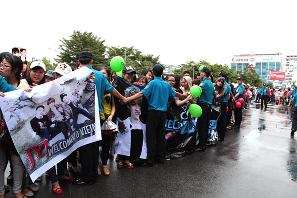 Security VietNam: Under heavy rain with crazy fans to welcome JYJ